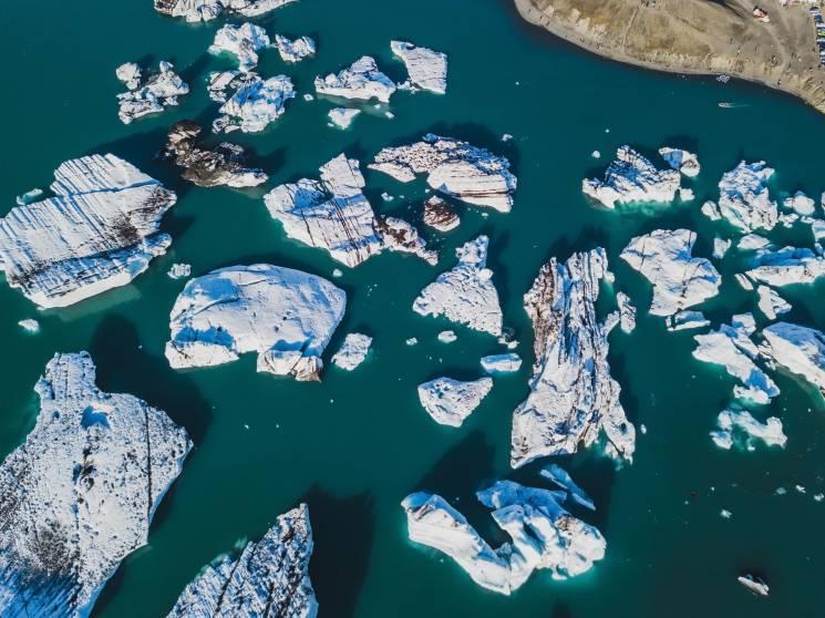 Icebergs flotan en la laguna glacial de Jokulsarlon en Islandia. El glaciar que alimenta esta laguna está disminuyendo rápidamente.