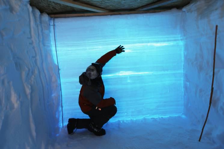 11 de julio de 2013. El profesor de la Universidad de Colorado, David Noone, usa una excavación de nieve para estudiar las capas de hielo en el Glaciar de Groenlandia.