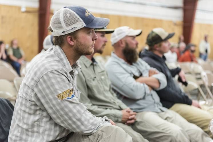 Los residentes de Livingston, Montana, asisten a una reunión comunitaria para analizar un brote reciente de enfermedad que diezmó a las poblaciones locales de peces. Se cree que el brote fue causado por el cambio climático.