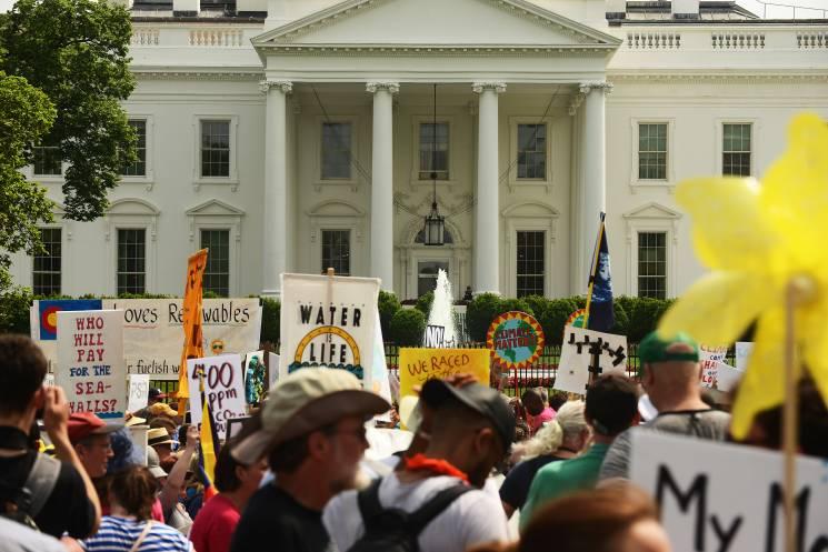 Los manifestantes marchan cerca de la Casa Blanca el 29 de abril de 2017. La gente salió a protestar por los ataques del Presidente Donald Trump a las políticas climáticas.