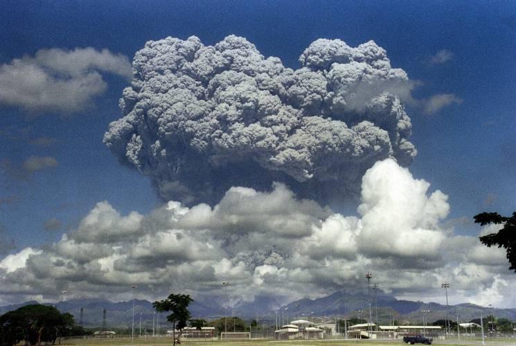 12 de junio de 1991. El Monte Pinatubo expulsa una nube gigante de vapor y ceniza. La erupción causó más de 1,500 victimas y disminuyó la temperatura global por varios años.