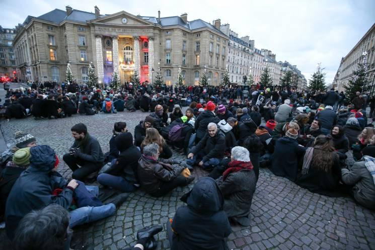Cientos de manifestantes se reúnen en París para la apertura de la Cumbre One Planet 2017.