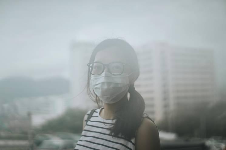 Una mujer lleva una mascara protectora a causa de la contaminación del aire; Getty