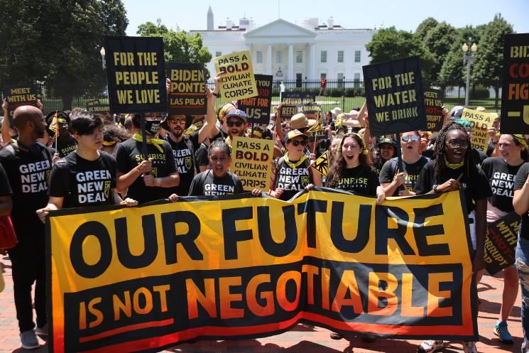Jóvenes activistas por el clima se congregan en la Plaza Lafayette en el lado norte de la Casa Blanca el 28 de junio, 2021