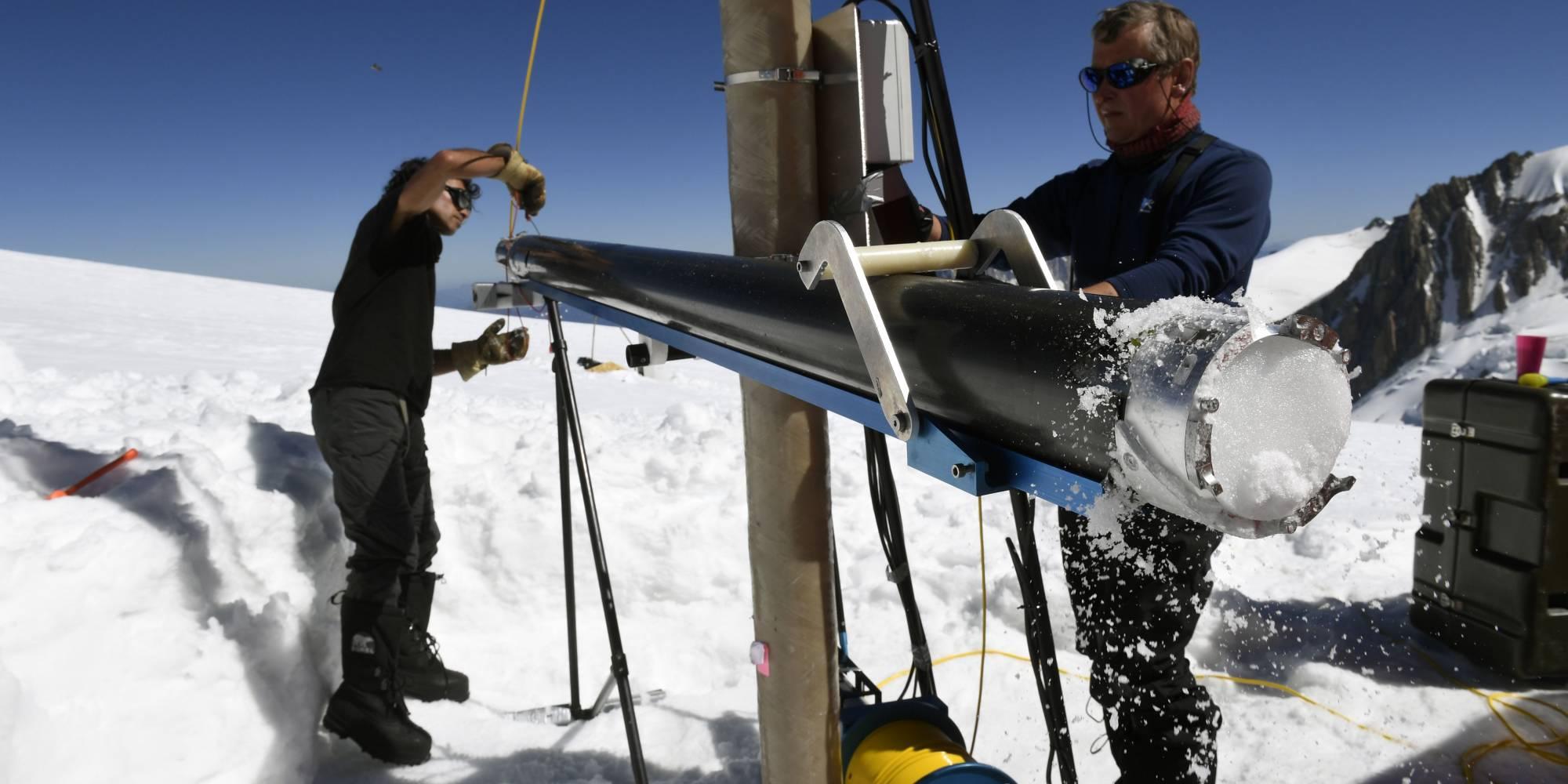 """25 de agosto de 2016. Los miembros del """"Proyecto de Memoria de Hielo"""" (Ice Memory Project) extraen una pieza de hielo cerca del Mont-Blanc, en Francia."""