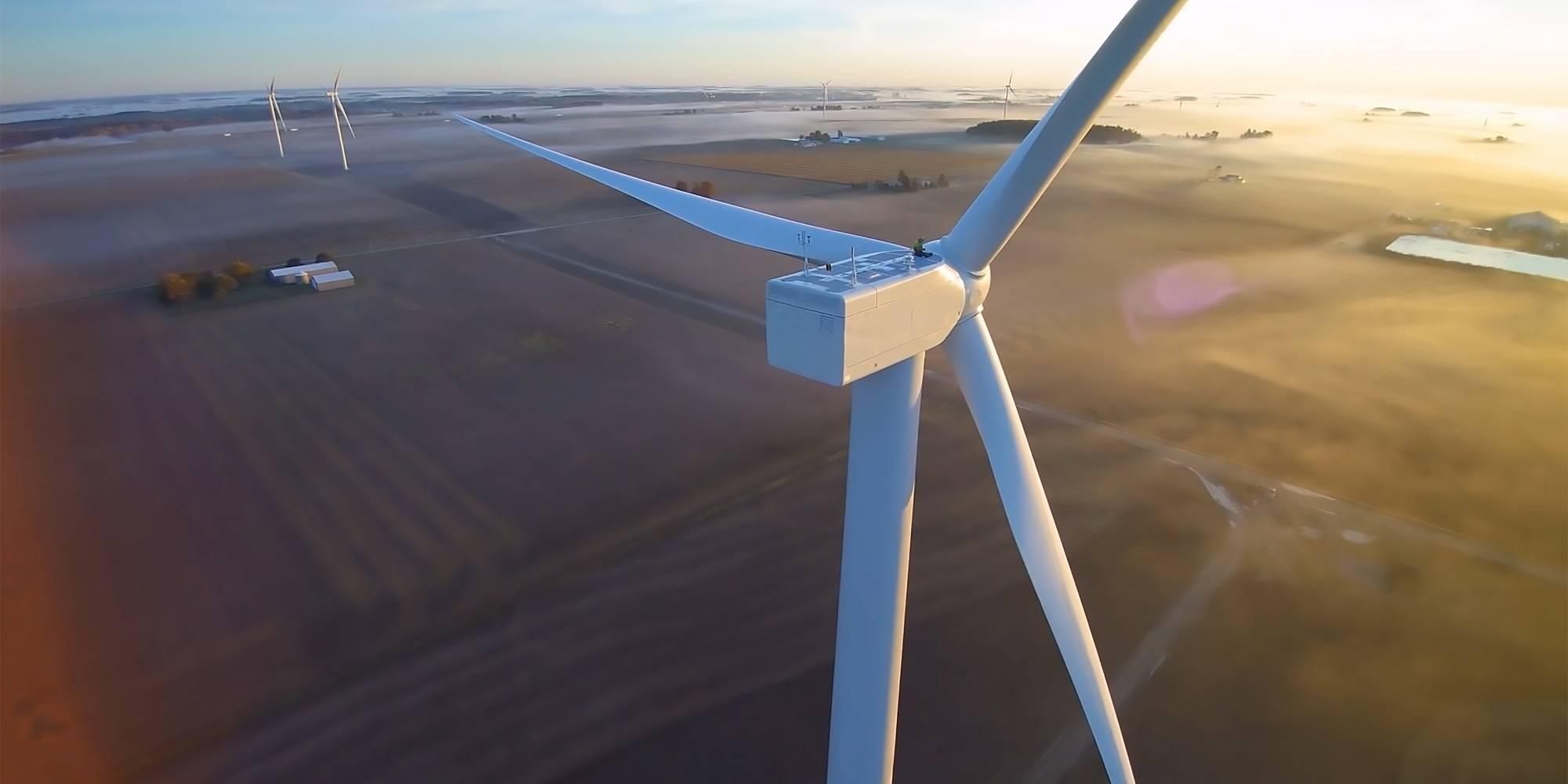 Turbinas eólicas reemplazan a las tierras de cultivo. Para 2020, se espera que la energía eólica sea más barata que el carbón y comparable al gas natural. La industria eólica actualmente emplea a más de 100 mil trabajadores y está creciendo rápidamente.