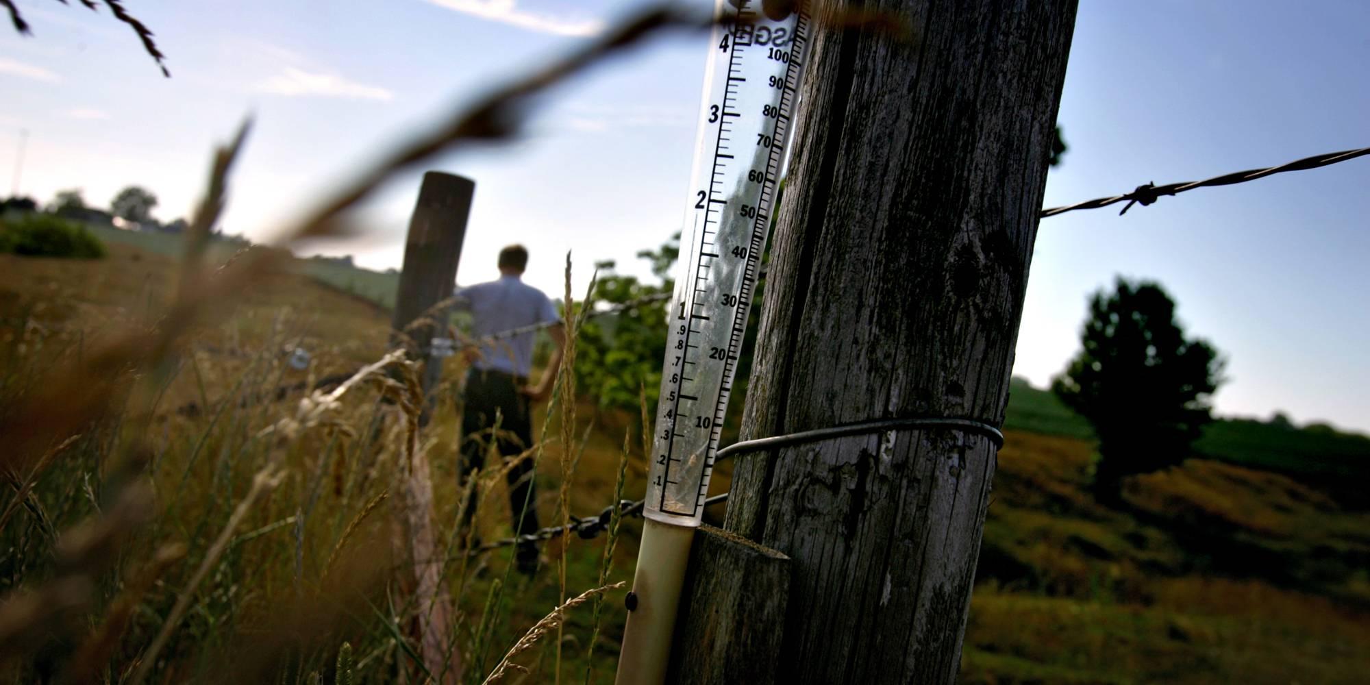 10 de julio de 2005. Un pluviómetro vacío en el poste de una cerca en una granja de Illinois.
